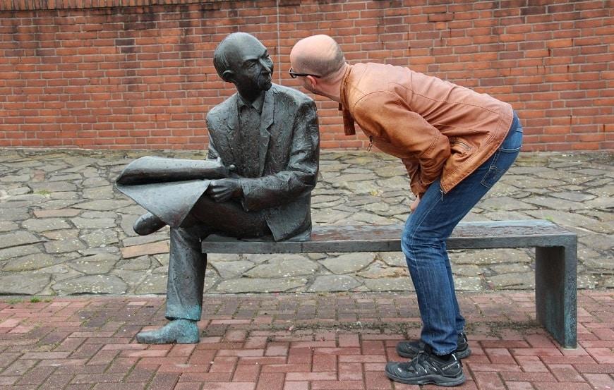 אדם מדבר עם פסל