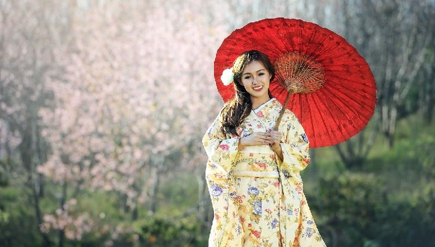אישה יפנית מחזיקה שמשיה אדומה
