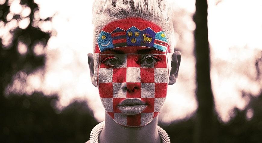 אישה מאופרת בצבעי דגל קרואטיה