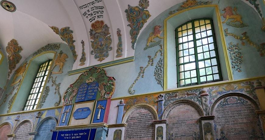 קיר בית כנסת מעוטר כתובות בשפה העברית