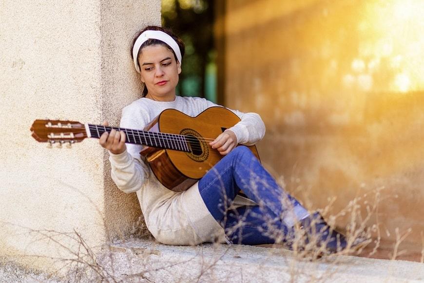 אישה ספרדייה מנגנת בגיטרה